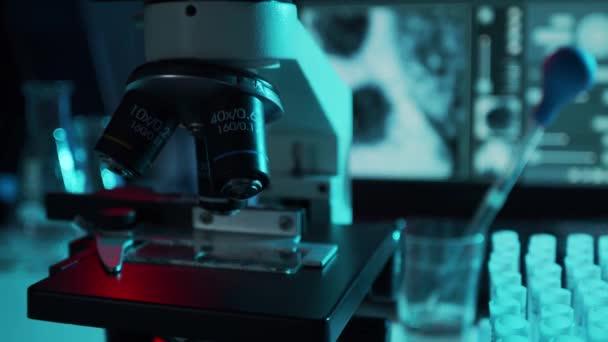Egy közeli kép a tudományos laboratóriumról a kórházban. Járványbetegség, egészségügyi ellátás, vakcinakutatás és a koronavírus 2019-ncov teszt koncepciója.