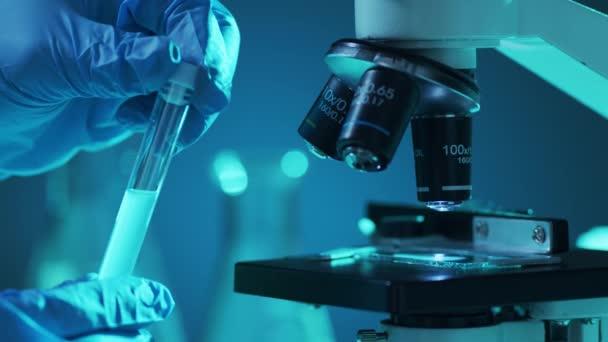 Wissenschaftliche Labor-Nahaufnahme. Pandemie, Gesundheitswesen, Impfstoffforschung und Coronavirus-Covid-19-Testkonzept.