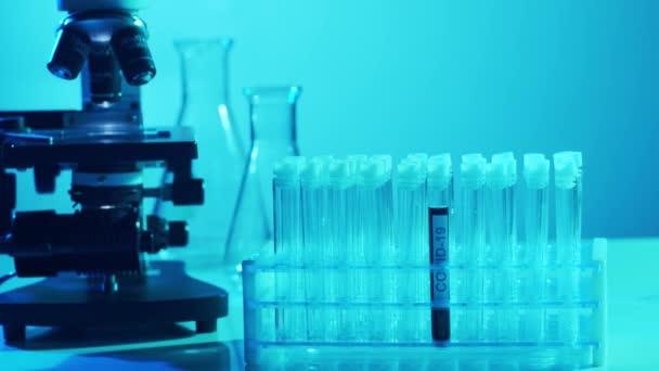Tudományos labor közelkép. Pandémiás betegség, egészségügyi ellátás, vakcinakutatás és a coronavirus covid-19 teszt koncepciója.