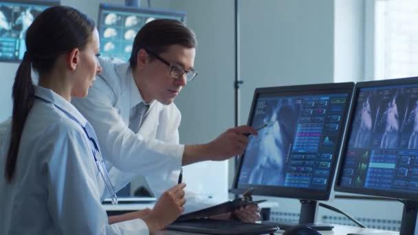Professionelle Ärzte, die in Krankenhausbüros arbeiten und Computerforschung betreiben. Konzept für Medizin, Gesundheitswesen und Kardiologie.