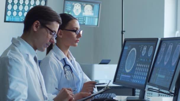 Professionelle Ärzte, die in Krankenhausbüros arbeiten und Computerforschung betreiben. Technologiekonzept Medizin, Gesundheitswesen und Neurochirurgie.