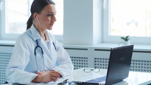 Professionelle Ärzte, die im Krankenhausbüro arbeiten, führen Telefonkonferenzen durch. Medizin, Gesundheitswesen und Online-Beratung.