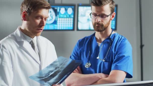 Professionelle Ärzte arbeiten in Krankenhausbüros mit Computertechnologie. Medizin, Neurochirurgie und Gesundheitskonzept.