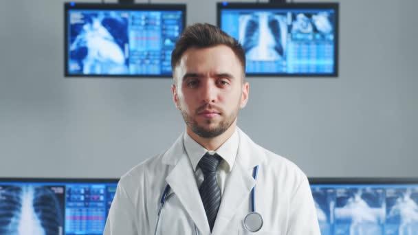 Professioneller Arzt, der im Krankenhausbüro mit Computertechnologie arbeitet. Medizin, Kardiologie und Gesundheitskonzept.