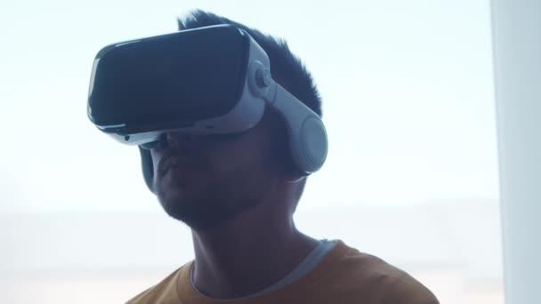 Porträt eines Mannes mit Virtual-Reality-Helm. Das menschliche Gesicht in der VR-Brille zu Hause. Internet, Darknet, Gaming und Cyber-Simulationskonzept.