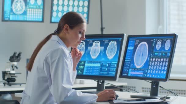 Professioneller Arzt, der im Krankenhausbüro mit Computertechnologie arbeitet. Medizin, Neurochirurgie und Gesundheitskonzept.