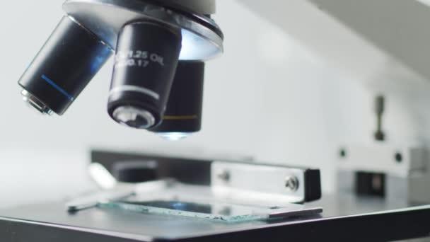 A tudományos mikroszkóp közelsége. Kórházi laboratórium. Járványbetegség, egészségügyi ellátás, vakcinakutatás és a koronavírus 2019-ncov teszt koncepciója.