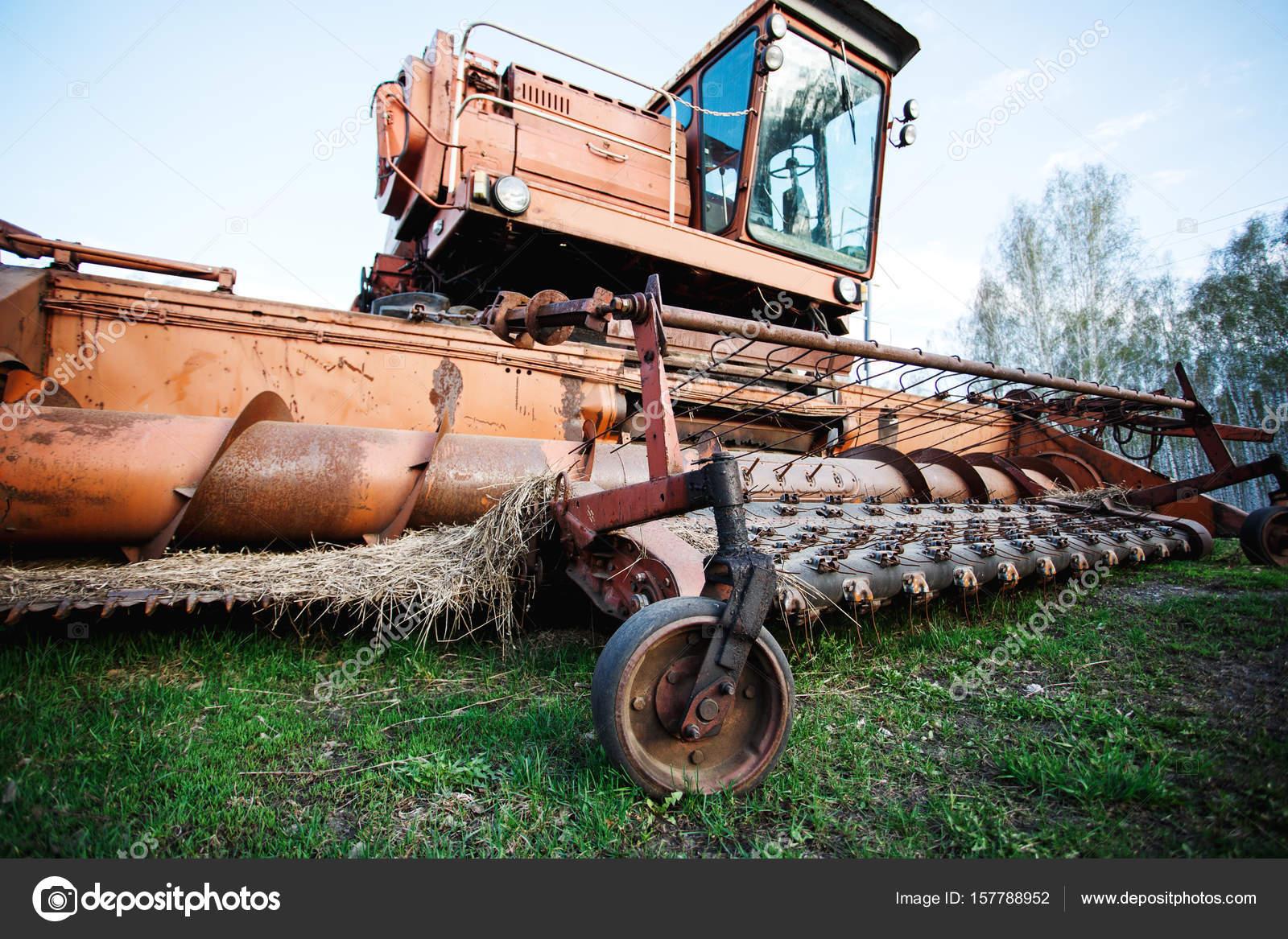Alte rostige landwirtschaftliche Maschine — Stockfoto © dariazu ...