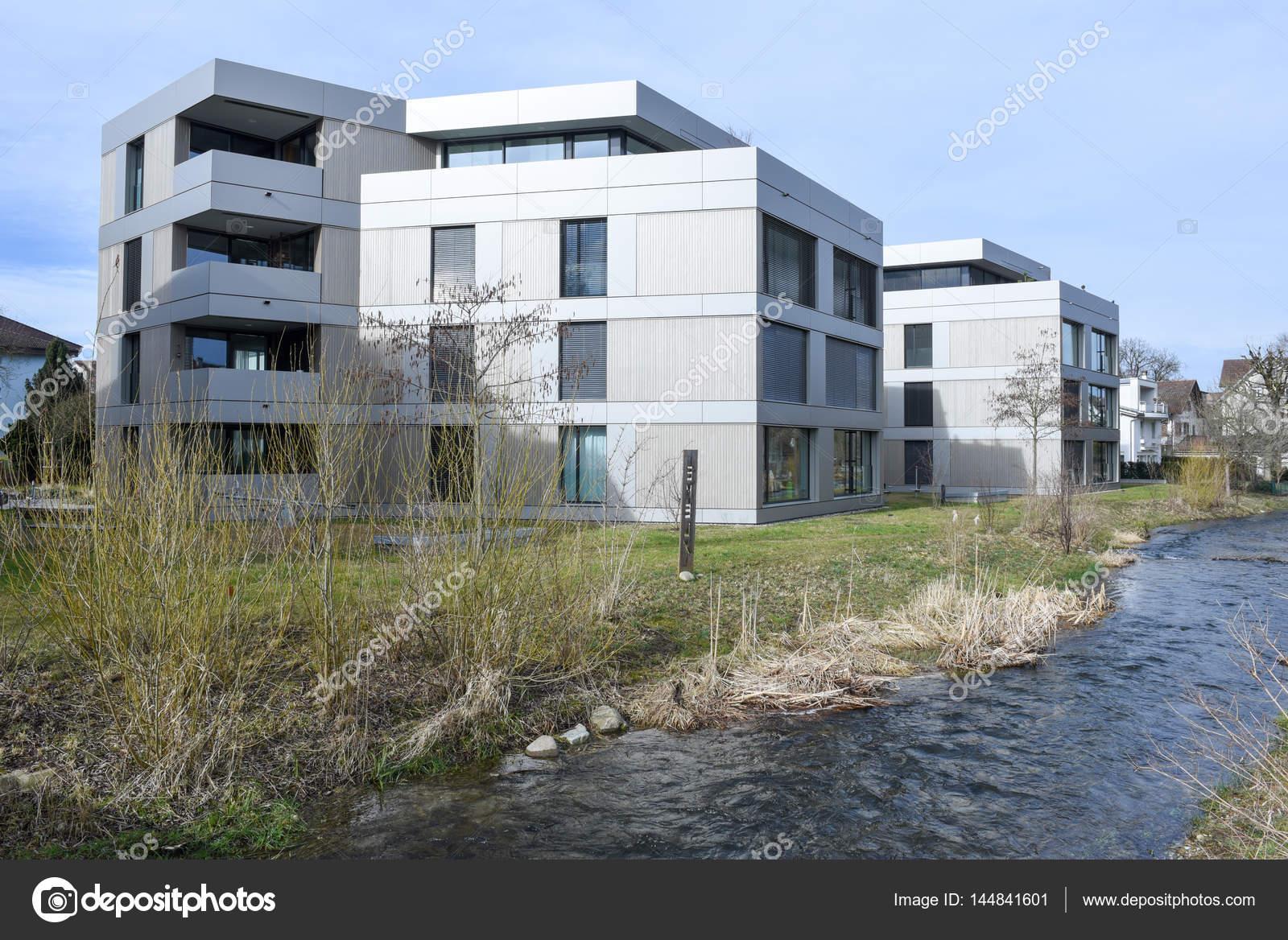 Moderne Häuser im Dorf Sursee in der Schweiz — Redaktionelles ...