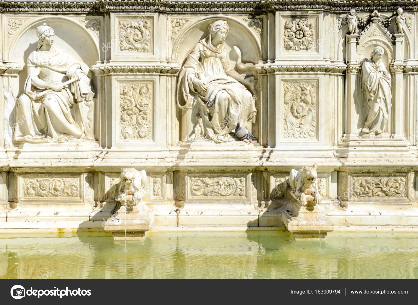 Ancient Gaia Statue gaia fountain in piazza del campo at siena, italy — stock