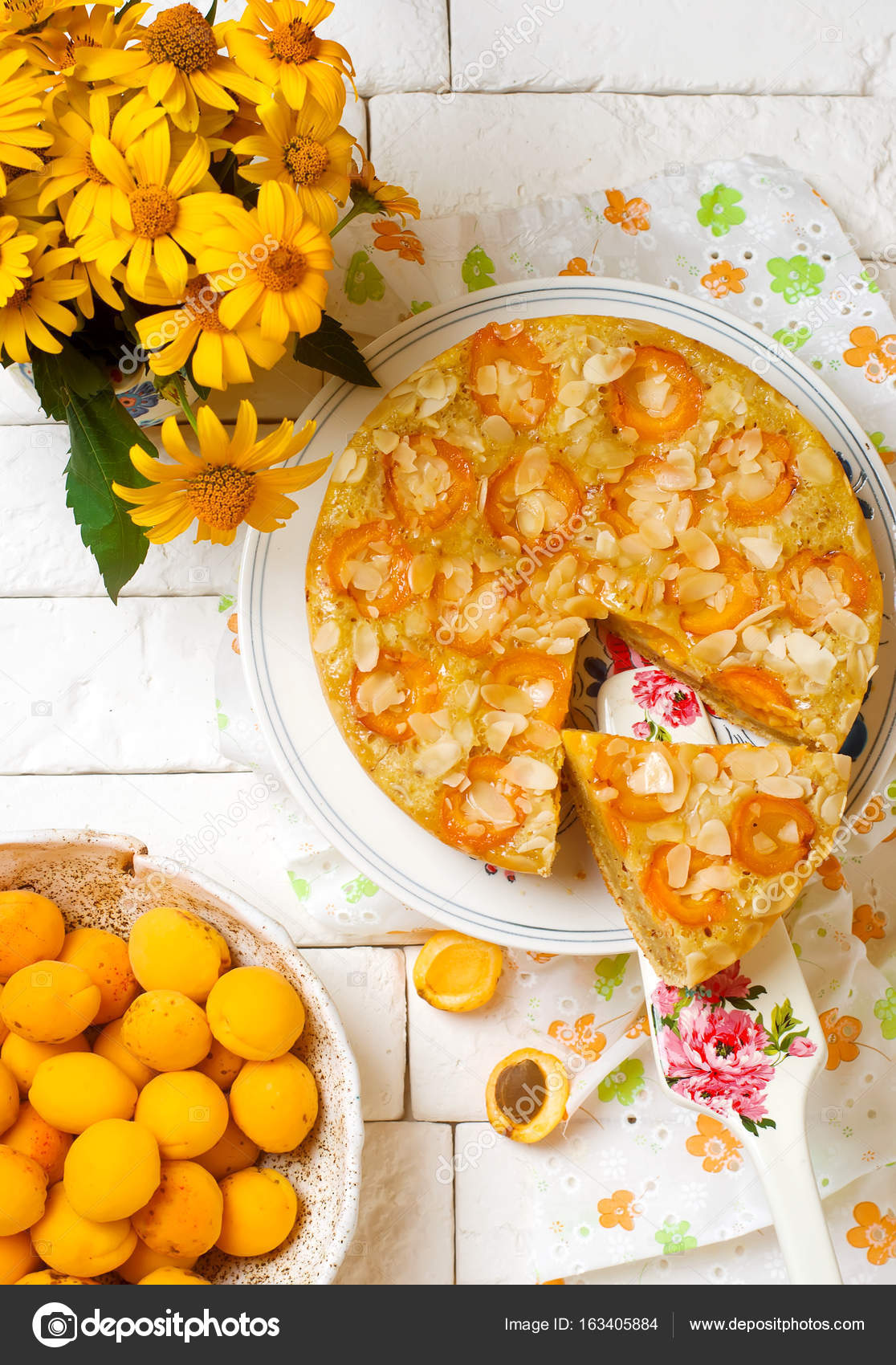 Aprikose Und Mandel Ol Kuchen Stockfoto C Zoryanchik 163405884