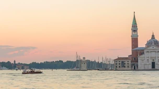 pohled na Benátkách při východu slunce