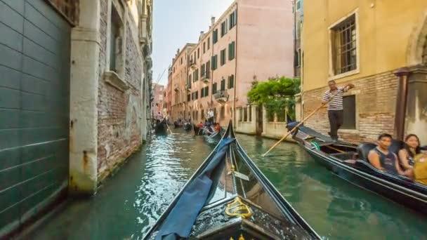 A csatornák a Velence a gondola