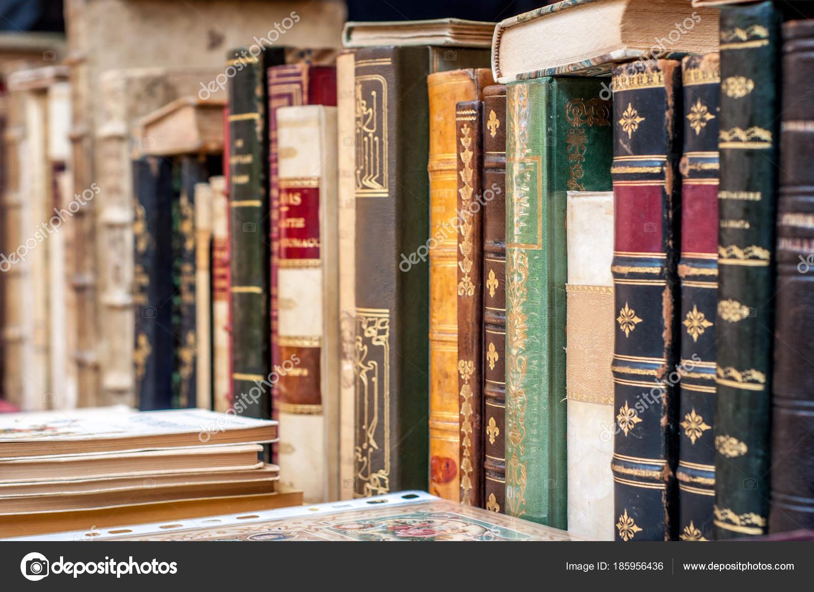 03a43fb0556c Könyvek bőr kiterjed a sorban. Régi kéziratok. Éves, használt könyvek —  Fotó szerzőtől ...