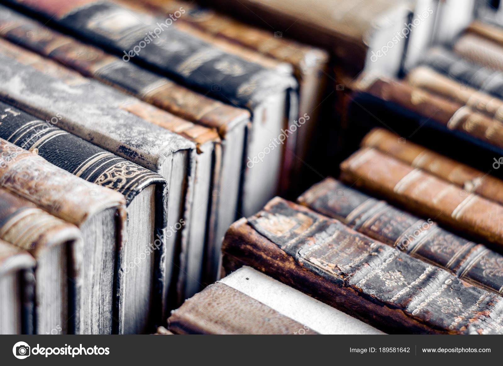 a84bf66a7344 Könyvek bőr kiterjed a sorban. Éves, használt könyvek — Fotó szerzőtől ...