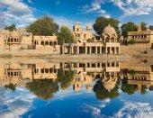Fotografia Tempio di Gadi Sagar su Gadisar lago Jaisalmer, India