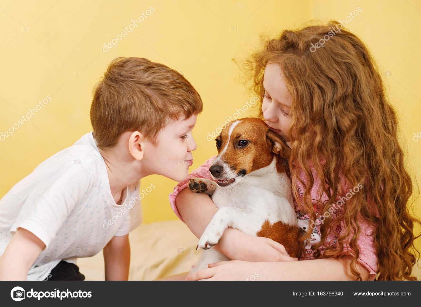Kussen Voor Kinderen : Kinderen kussen een pup jack russell hond u stockfoto ulkas