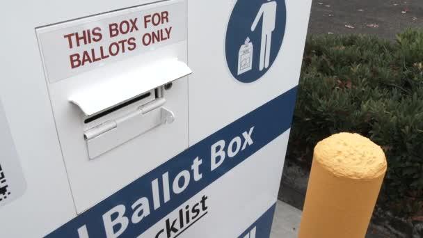 Osoba doručující volební lístky na volební urnu v den voleb.