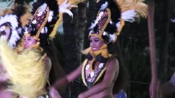 Gruppe männlicher und weiblicher Hula-Tänzer führt traditionellen Tanz in Luau auf den hawaiianischen Inseln auf.