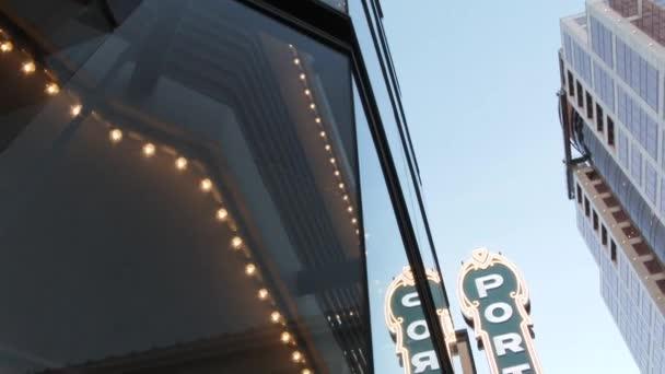 Gründung einer Niederlassung in Portland, Oregon, auf einem ikonischen Schild in der Innenstadt.