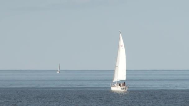 Plachetnice pluje na jezeře Superior v Duluthu v Minnesotě za slunečného letního dne.