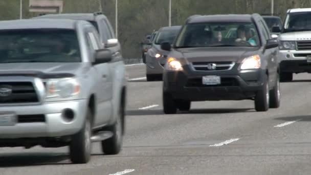 Vozidla jedoucí po mezistátním mostě z státu Washington do státu Oregon.