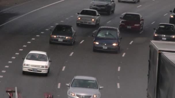 Probíhá Provoz na dálnici během deštivého dne.