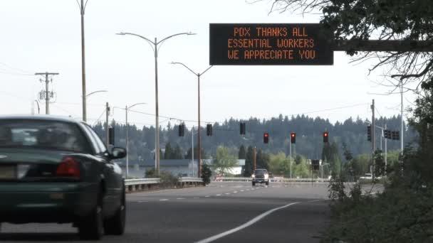 Verkehrsschild, das allen wichtigen Arbeitern während der COVID-19-Pandemie in der Nähe des Flughafens Portland dankt.