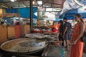 Bangkok, Thajsko - 17. listopadu 2015: Mladá žena uvnitř tradiční trh.