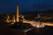 Photo Panoramic view of the roofs of Bologna with Asinelli and Garisenda towers at night. Italy.