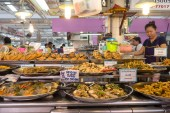 Bangkok, Thajsko - 17. listopadu 2015: Trh Kor Tor nebo vnitřní pohled. Nebo trh Kor Tor je dobře známé místo pro čerstvé potraviny, ovoce a zeleninu
