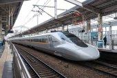 Kyoto, Japán - körül, március, 2017: Hikari Star vasúti állomáson. Hikari neve, a nagy sebességű vasúti szolgáltatás a Tokaido Sanyo Shinkansen, és bullet vonat vonalain Japánban.
