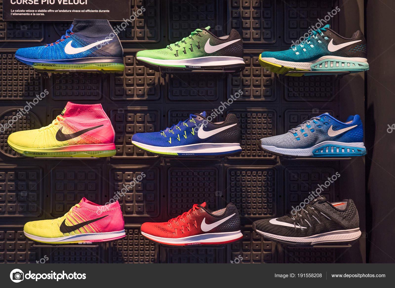 9e6a068d5a6 Μιλάνο, Ιταλία - 27 Σεπτέμβριος 2016: Έκθεση του nike αθλητικά παπούτσια.  Nike είναι ένας από τους παγκόσμιους μεγαλύτερους προμηθευτές αθλητικά  παπούτσια ...