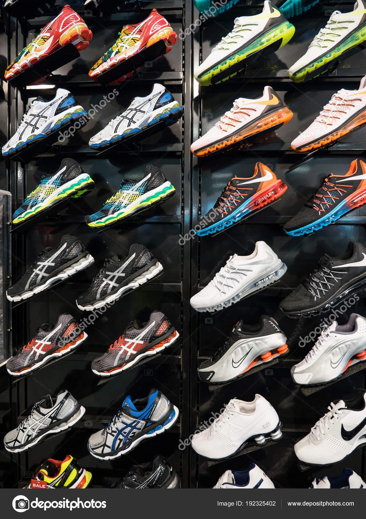 8e4d5b401e9 Πόλη της Νέας Υόρκης - Circa Μαΐου 2015: Έκθεση της nike αθλητικά παπούτσια.  Nike είναι ένας από τους παγκόσμιους μεγαλύτερους προμηθευτές αθλητικά ...