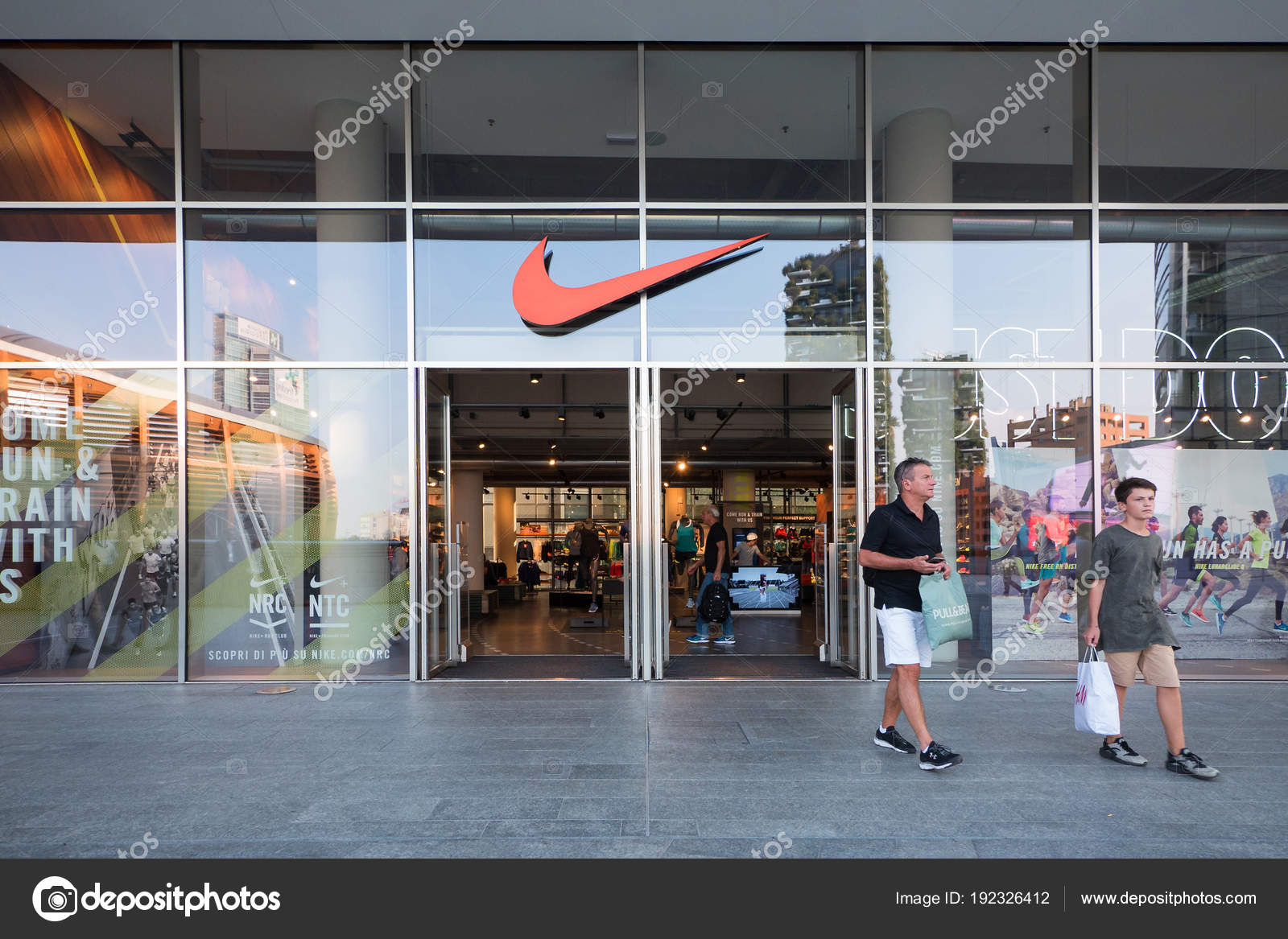 830d4160278 Μιλάνο, Ιταλία - 27 Σεπτέμβριος 2016: Κατάστημα Nike sport στην πλατεία  Αουλέντι. Nike είναι ένας από τους παγκόσμιους μεγαλύτερους προμηθευτές  αθλητικά ...