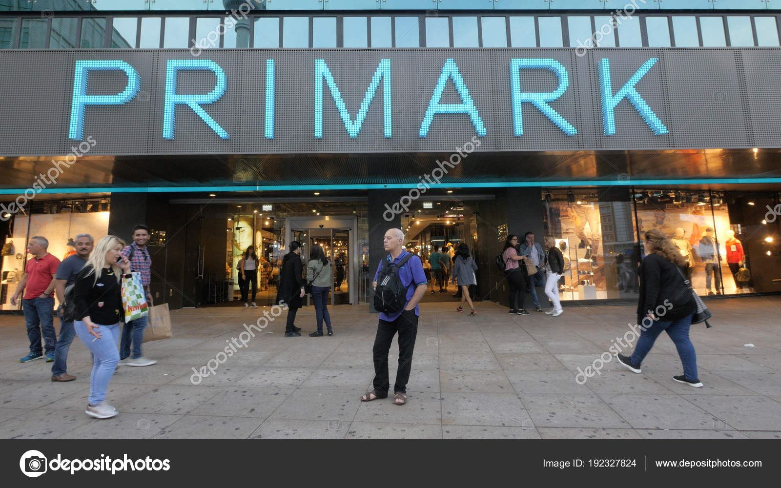 ... Primark є роздрібний продавець ірландський одягу. Штаб-квартира в  Дубліні cf12f838fccc3