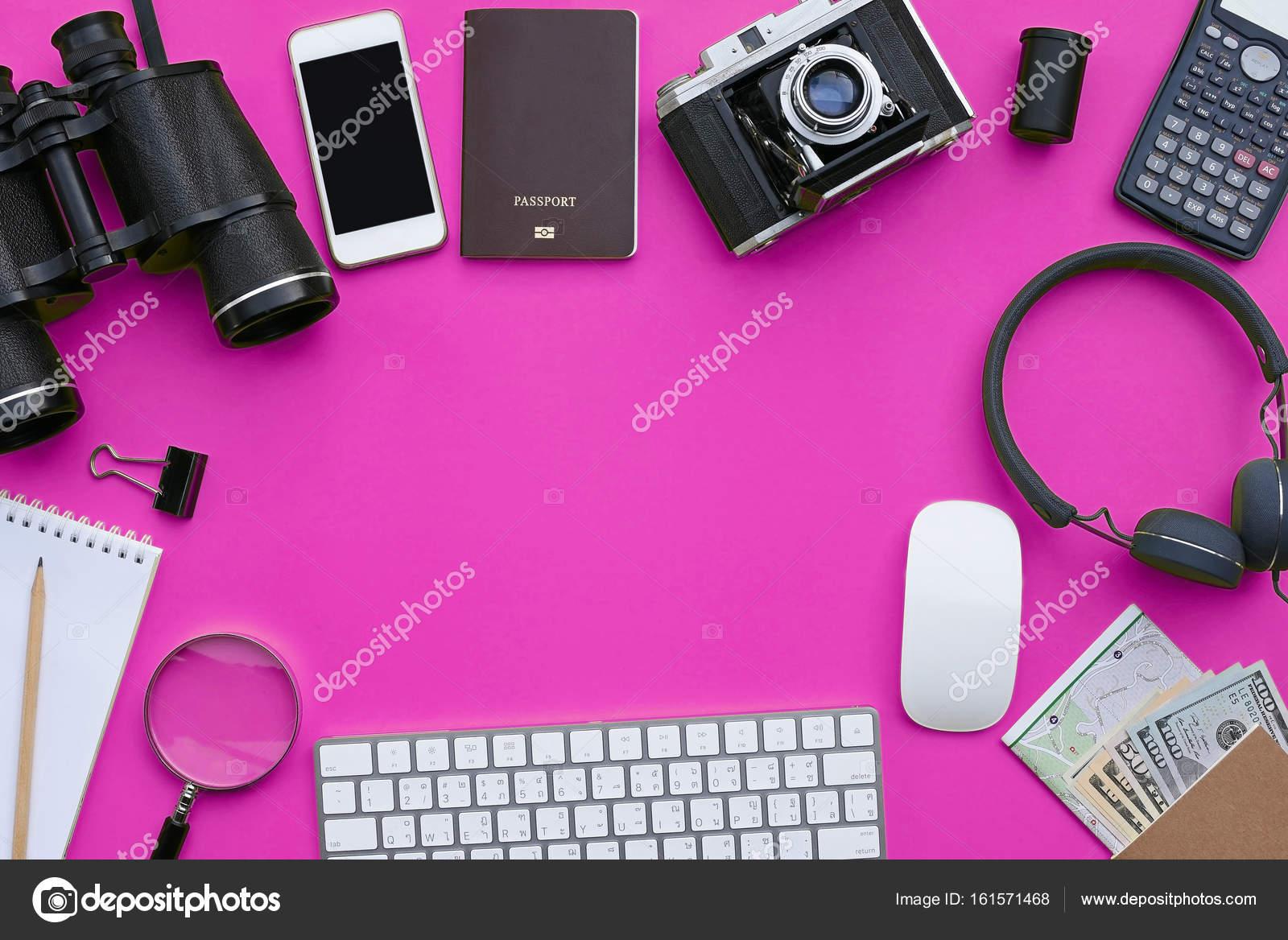 Wohnung Lag Zubehör Auf Rosa Schreibtisch Hintergrund Stockfoto