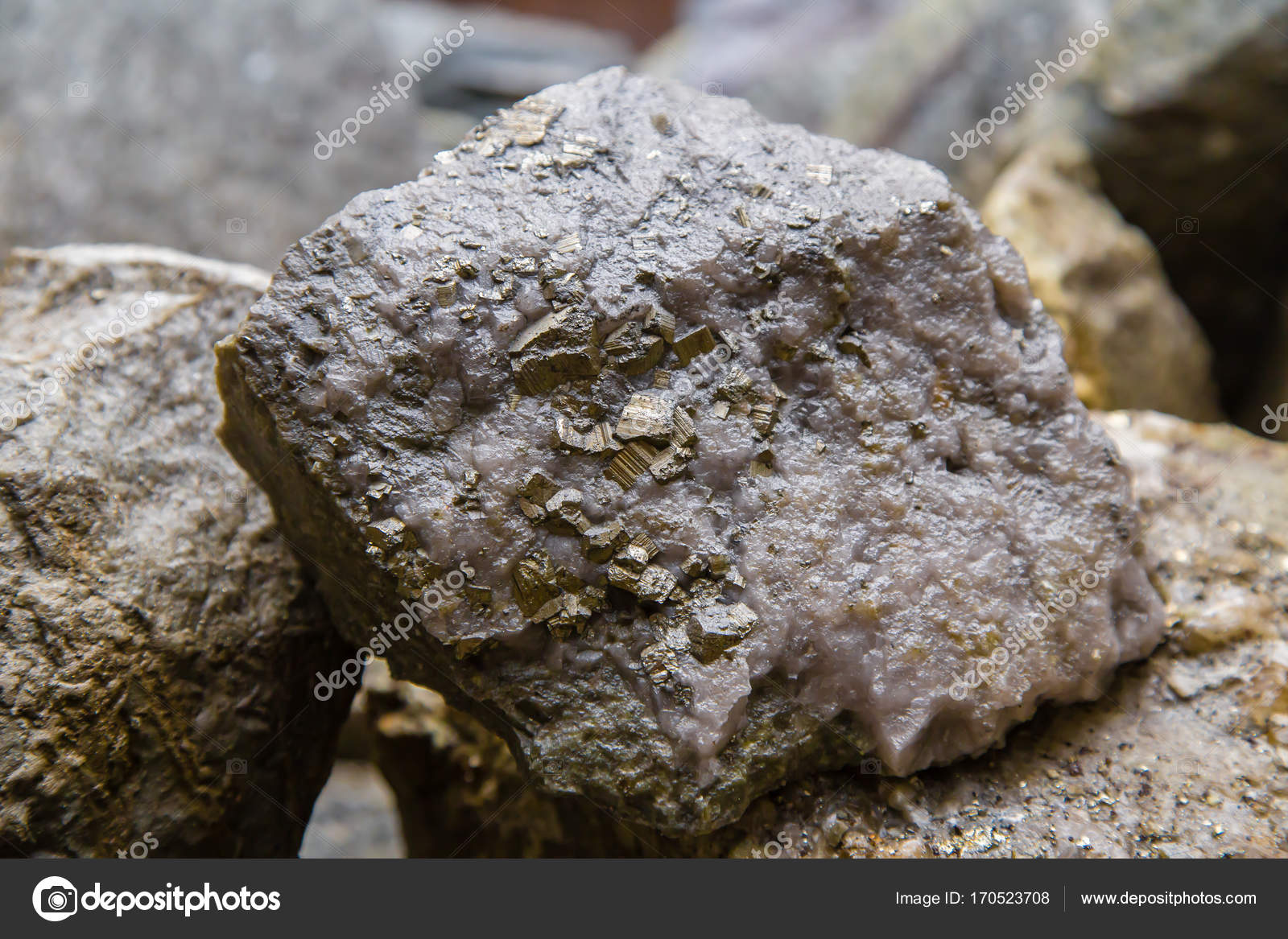 Raw mineral piece of ore quartz and pyrite gold nugget — Stock Photo