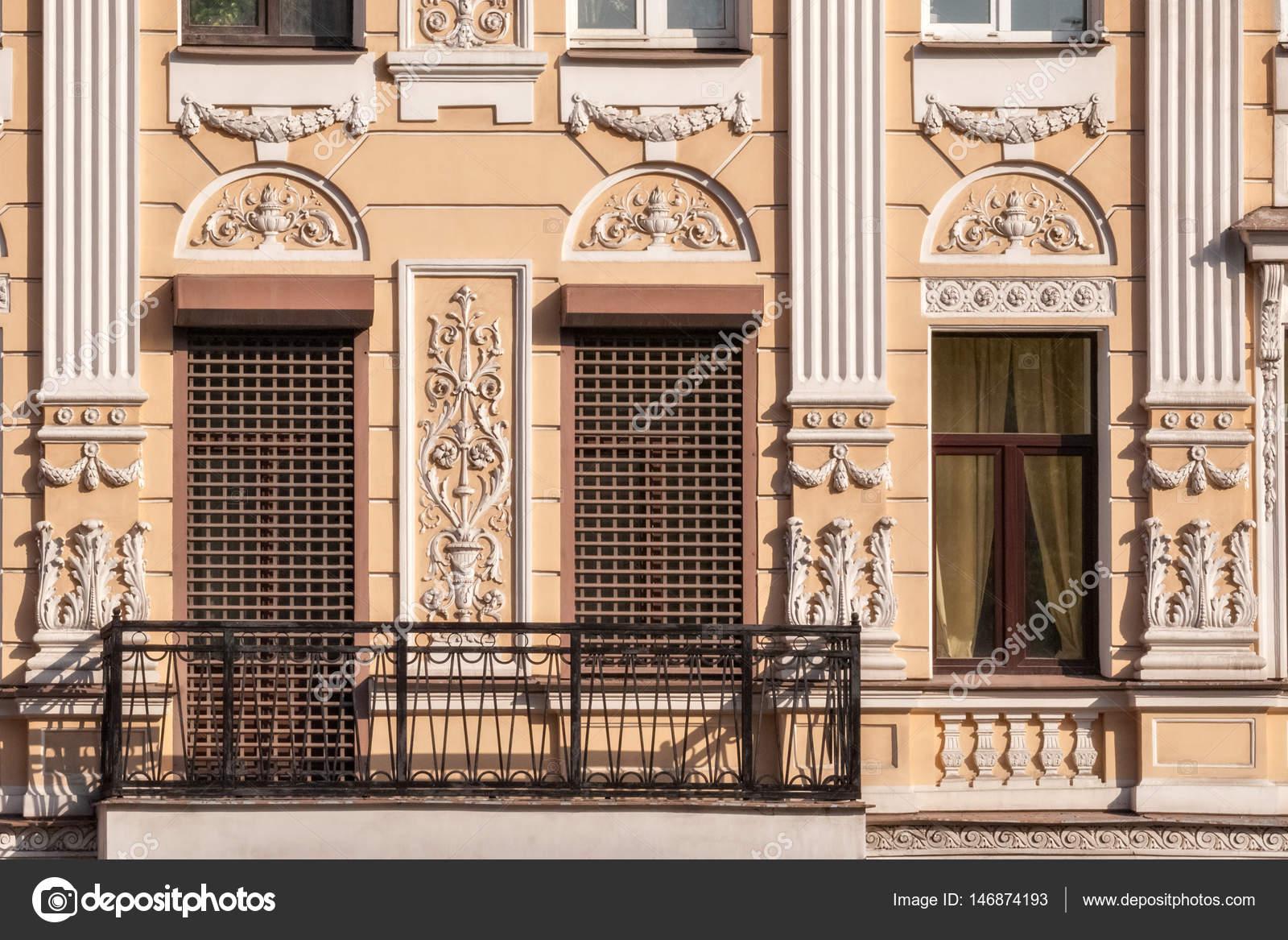 fenêtre avec une grille et d'un balcon — photographie dotsent