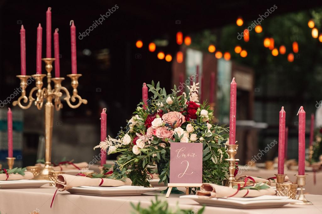 Hochzeit Tischdekoration Mit Bunten Blumen Und Platten Stockfoto