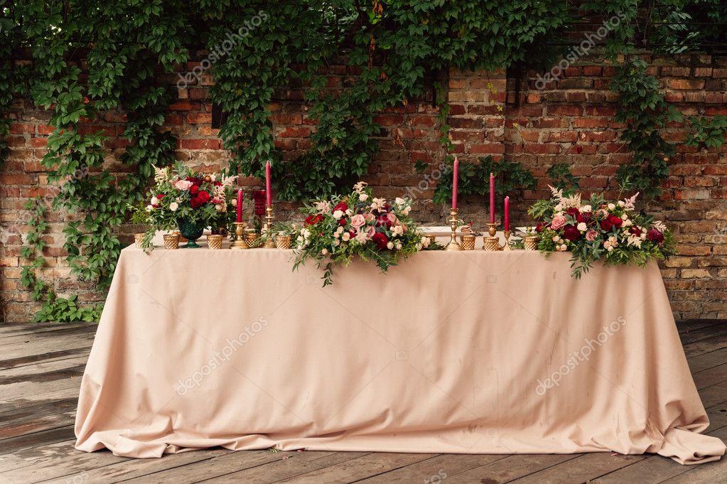 Hochzeit Tischdekoration Mit Roten Blumen Und Gold Kerzen