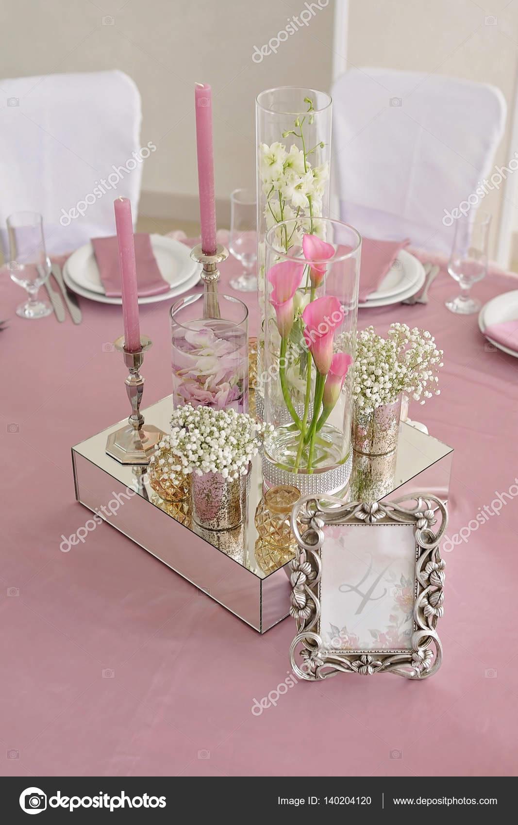 Blumen Und Kerzen Dekoration Fur Eine Hochzeit Stockfoto