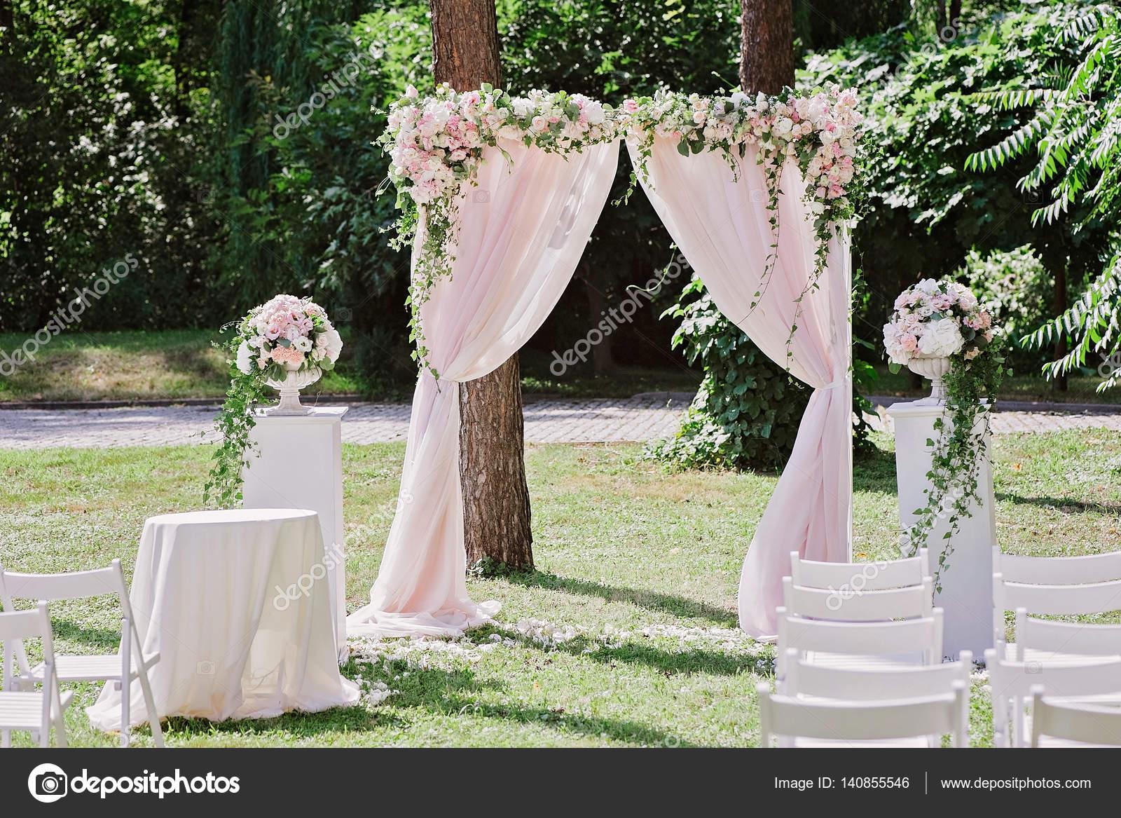arche pour la c r monie de mariage orn e de fleurs et. Black Bedroom Furniture Sets. Home Design Ideas