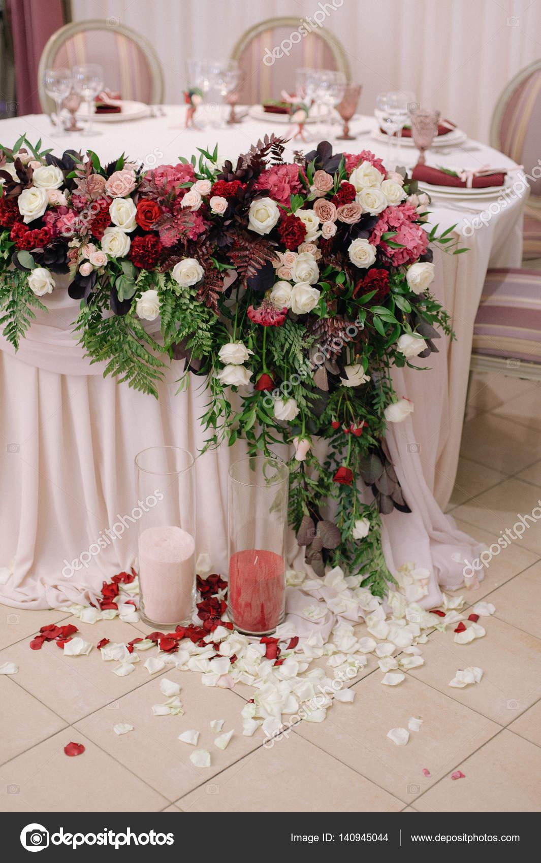 table de mariage décoré de bouquet et bougies — photographie
