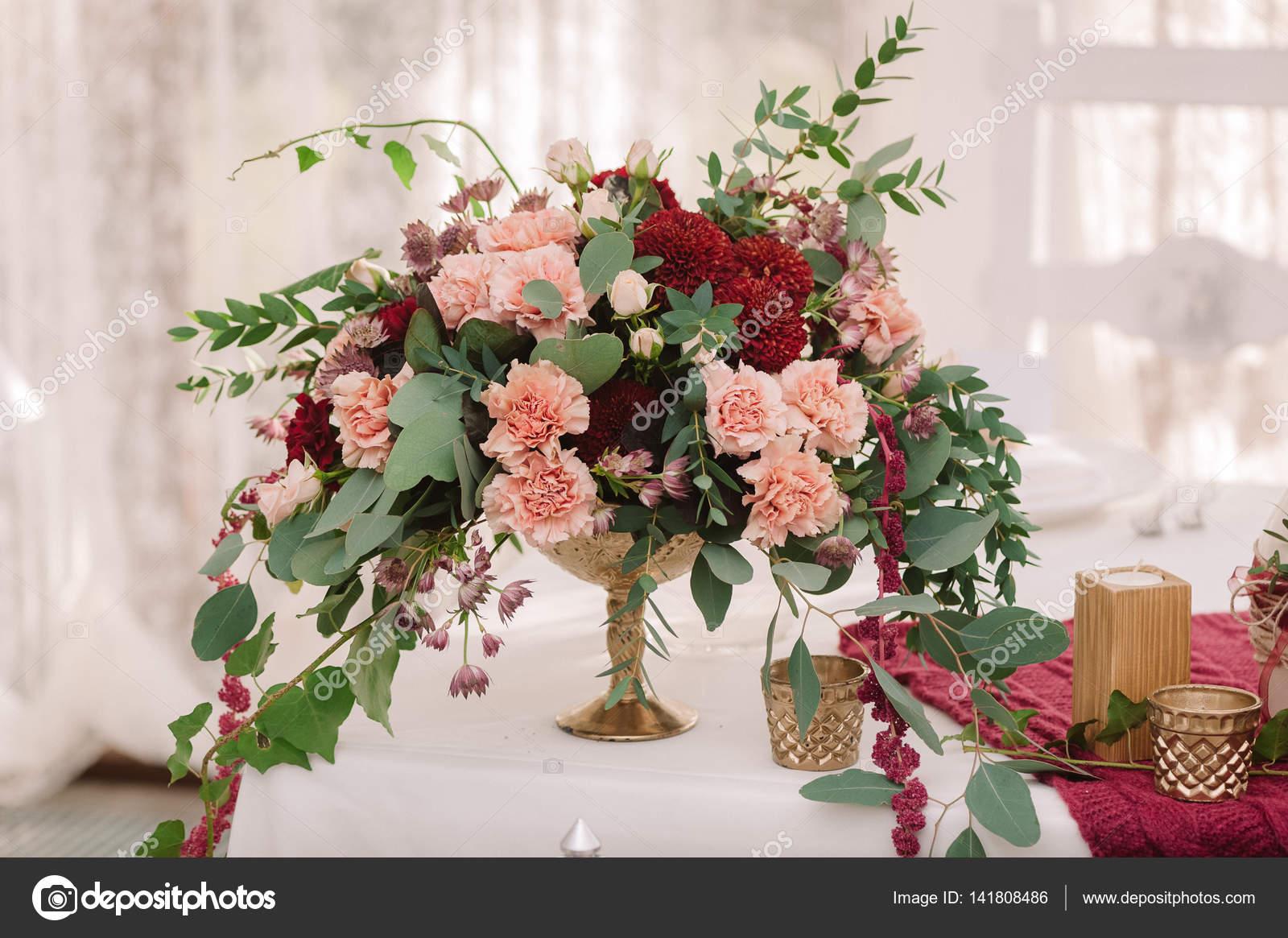 Decoration De Table Avec Des Fleurs Rouges Et Roses Sur Le Tissu