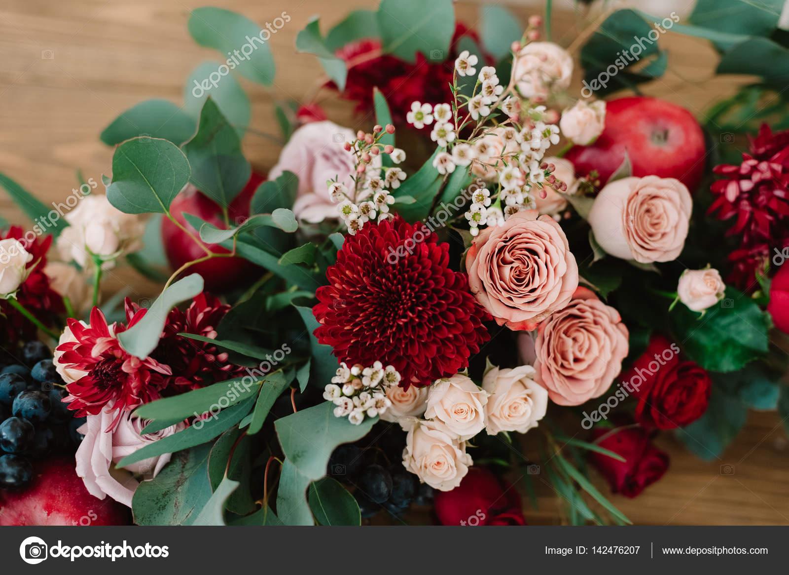 Herbstlicher Brautstrauss Mit Rosen Apfel Trauben Und Granatapfel