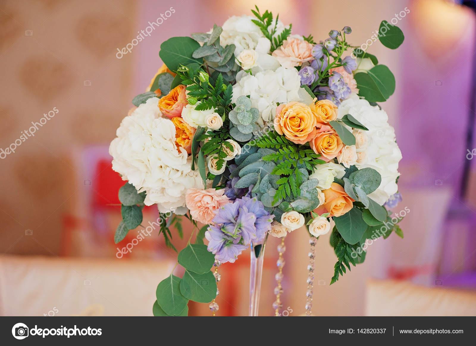 Decorazioni Matrimonio Arancione : Matrimonio decorazione mazzo di rose e petali closeup u2014 foto stock