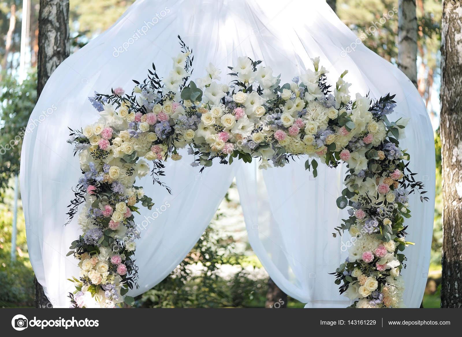 Verwonderend Mooie bruiloft archway. Boog versierd met witte doek en bloemen OW-79