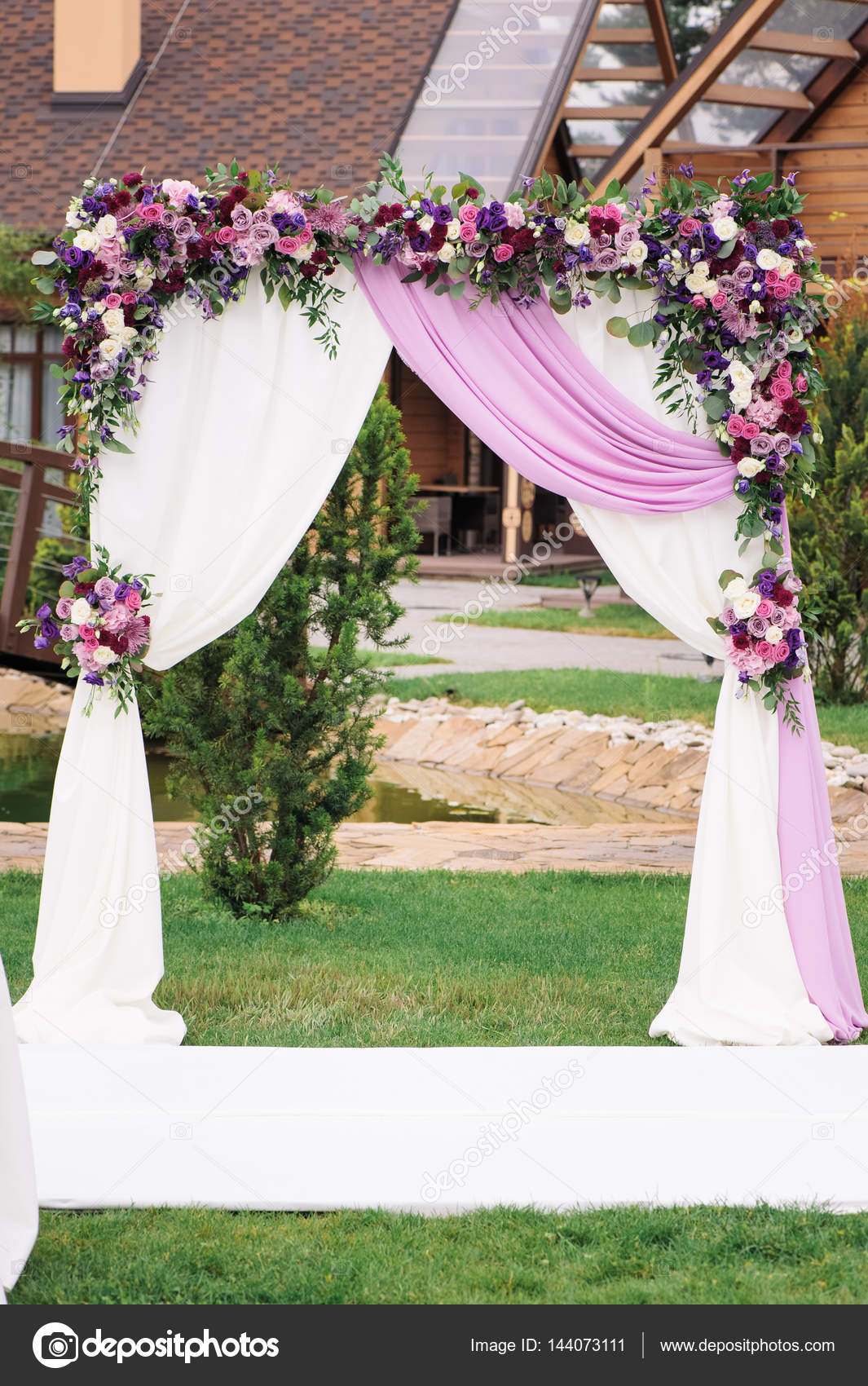 Arco De Bodas Con Decoraci N De Flores Muy Bien Foto De
