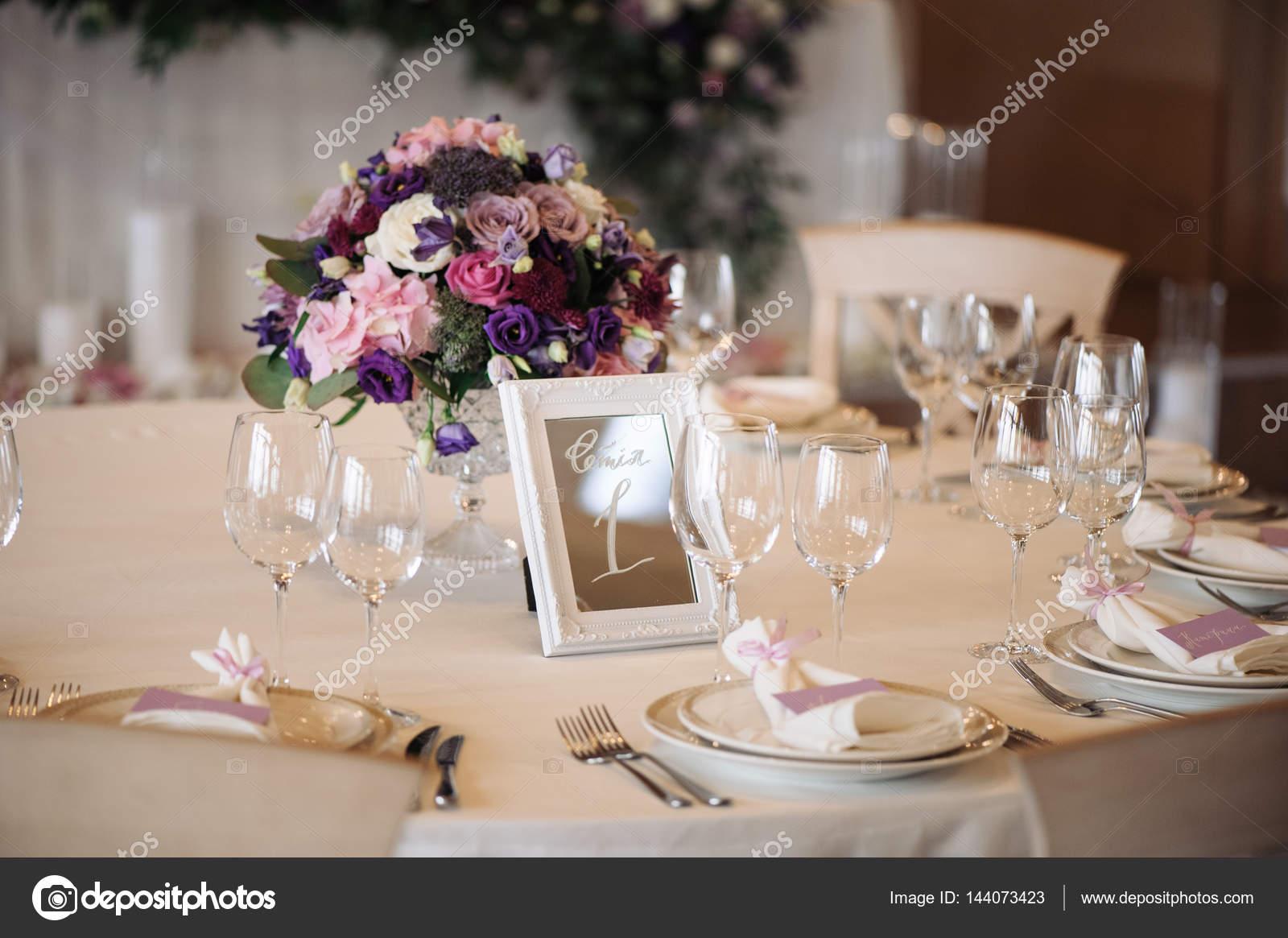Hochzeitstisch Mit Kerzen Blumen Und Anzahl Der Zeichen Stockfoto